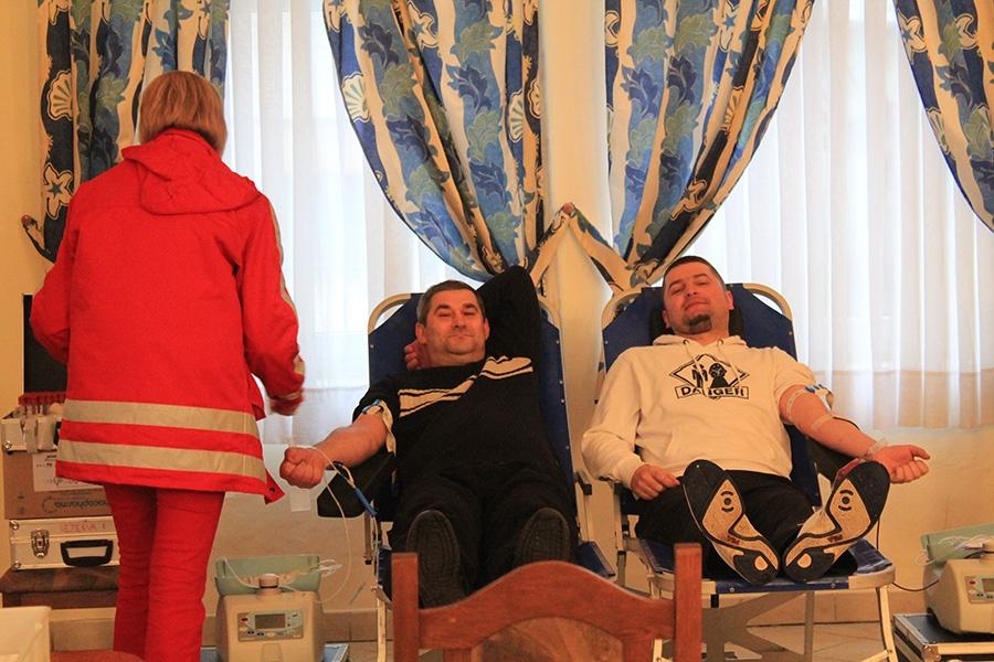 <p>Udruga oženjenih muškaraca je u prostoru Hrvatskog doma u Čepinu 02.04.2013. darivala krv u sklopu akcije Crvenog križa. Svi mještani su se mogli priključiti ovoj humanoj akciji i tako spasiti mnoge živote. Dobrovoljno darivanje krvi se održalo od 16.00 – 18.00 sati i prošlo je uspješno.</p> <p style='text-align: center;'>{gallery}dobrovoljno_darivanje_krvi_02.04.2013{/gallery}</p> <p style='text-align: center;'><img src='images/galerije/dobrovoljno_darivanje_krvi_02.04.2013/UOM_logo.jpg' alt='' /></p>