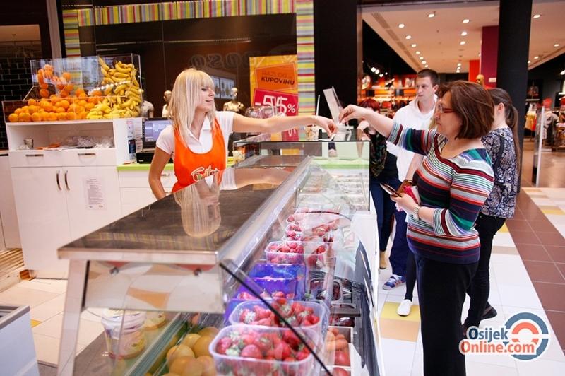 <p>Nedavno je u osječkom Avenue Mall-u otvoren fresh fruit, juice & smoothie bar koji priprema svježe voćne salate, zdrave doručke, milkshake-ove, sokove od svježe cijeđenog voća i smoothie 'Fruitee'. Posjetili smo Fruitee bar i ugodno se iznenadili…</p>